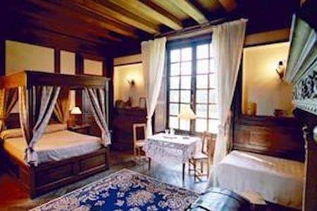 Chambre HENRI II avec lit à Baldaquin et Salle de Bain