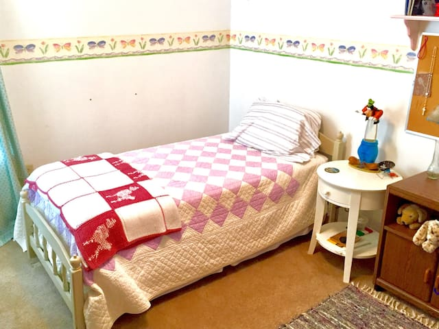 1 single bedroom with 1 twin bed and bathroom.