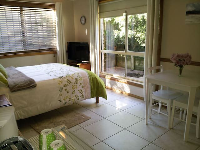 Private room and entrance, 3 min walk to Beach