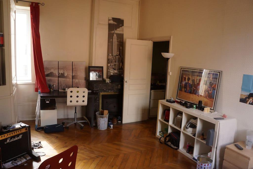 Un bureau avec une vue sur Fourvière.