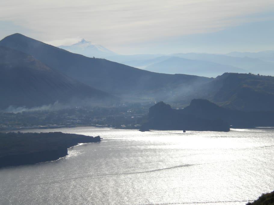 parte dell'Isola di Vulcano vista da casa con l'Etna fumante sullo sfondo