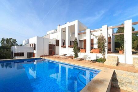 Preciosa villa directo en la playa - Cala Mendia