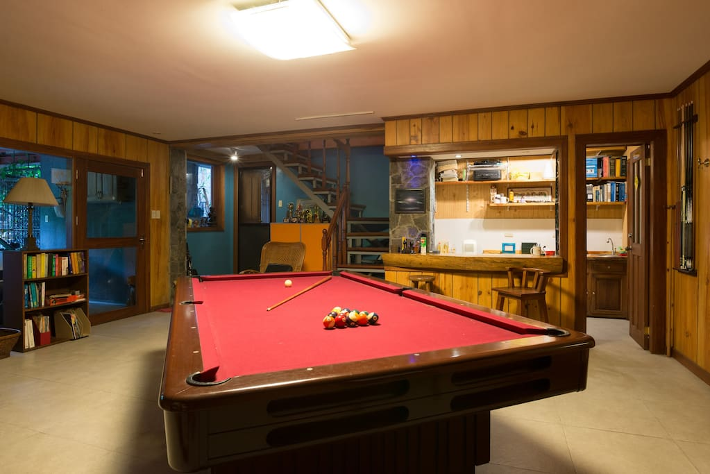 Common room on the first floor. Guests can use the billiards table.