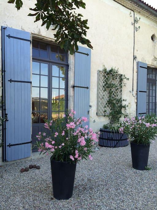 Une bâtisse de caractère rénovée dédiée aux hôtes et de spacieux espaces extérieurs aménagés...