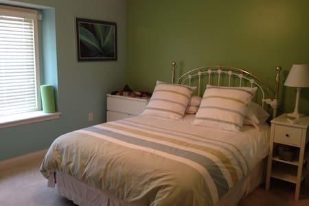 3 Large bedrooms & 2 private bathrooms in Carmel! - Westfield