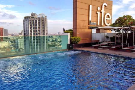 Great condo inner Bangkok on high floor (25th) just 5 min walk from BTS Skytrain EKKAMAI. A very central location for restaurants and clubs. Very nice Swimming pool and fitness on the roof top (26th floor) with great view of Bangkok.