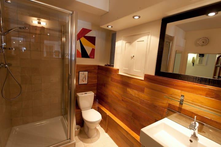 Glass, teak and natural stone in the bathroom   -  Verre, teck et pierres naturelles dans la salle de bains