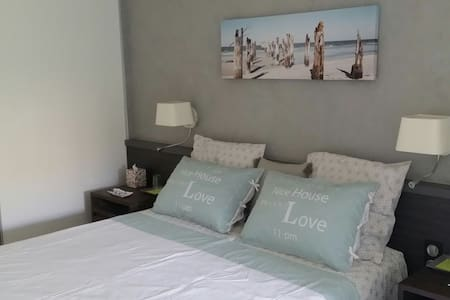 private double room and  bathroom - Jonquières-Saint-Vincent - Bed & Breakfast