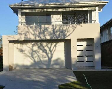Modern Spacious Home - Hendra - House