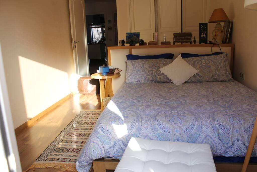 Chambre à coucher avec armoire, balcon...