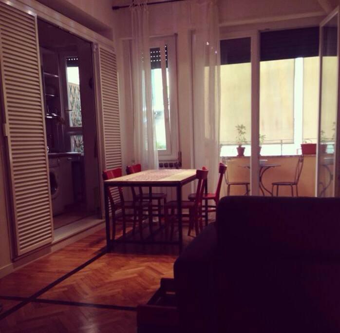 ingresso angolo cottura, tavolo da pranzo stile country e accesso al balcone