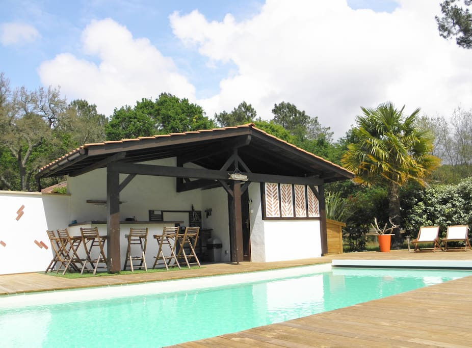 Pool house, bel endroit de convivialité, Bar, cuisine d'été, plancha, réfrigérateur