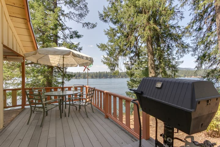 Dog-friendly, lakefront cabin w/private dock, beach access & views
