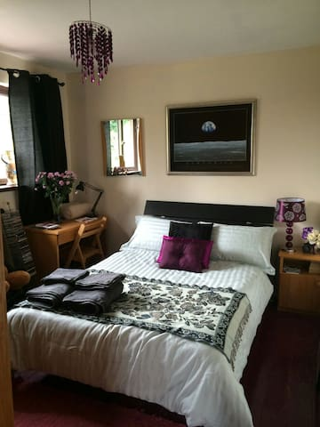Attractive bedroom with double bed. - Waterford