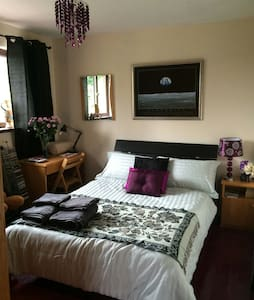 Attractive bedroom with double bed. - Waterford - Dom