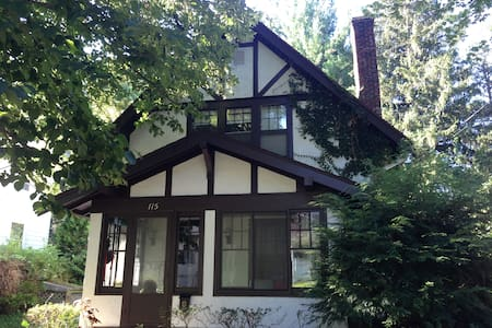 Cornell Historic Home: Suite - Ithaca - Bed & Breakfast