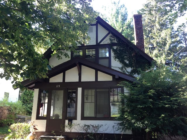 Cornell Historic Home: Room - Ithaca - Bed & Breakfast