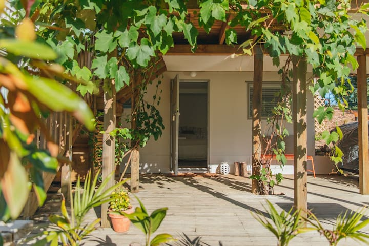Private garden studio near beaches & wineries
