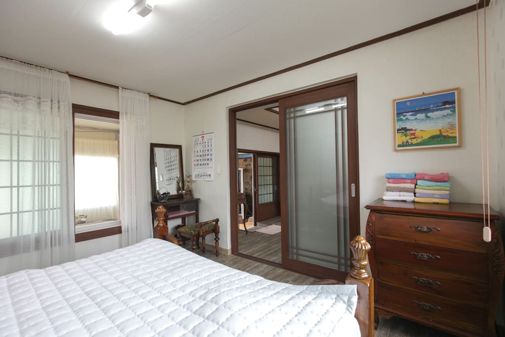 룸1전경 라운지로난창.화장대.서랍장아구비 아침에침대위에서 라운지너머로보이는 아름다운정원에 온갖꽃과싱그런초록의정취를만끽할수있습니다