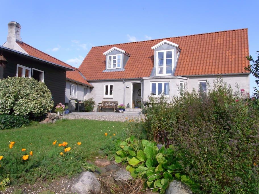 Huset set fra haven.
