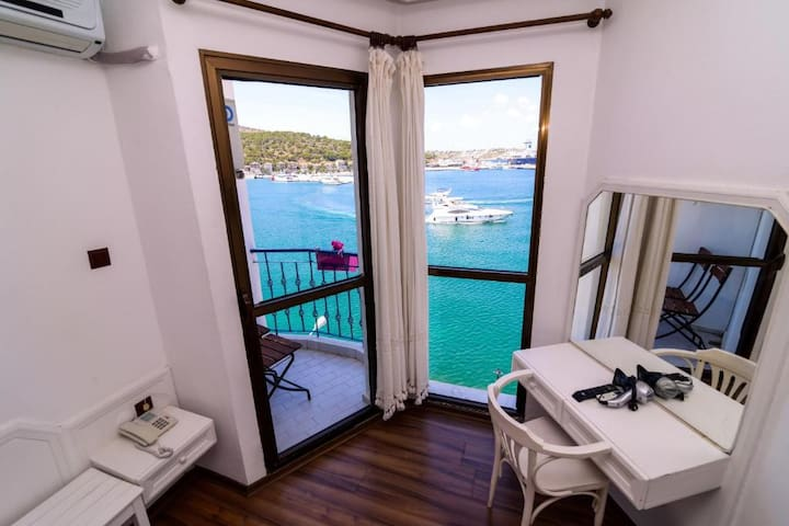 Çeşme Marin Otel Deniz Manzaralı 2 Tek Yataklı Oda
