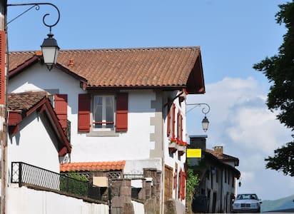Errecaldia: second bedroom - Saint-Jean-Pied-de-Port - Bed & Breakfast
