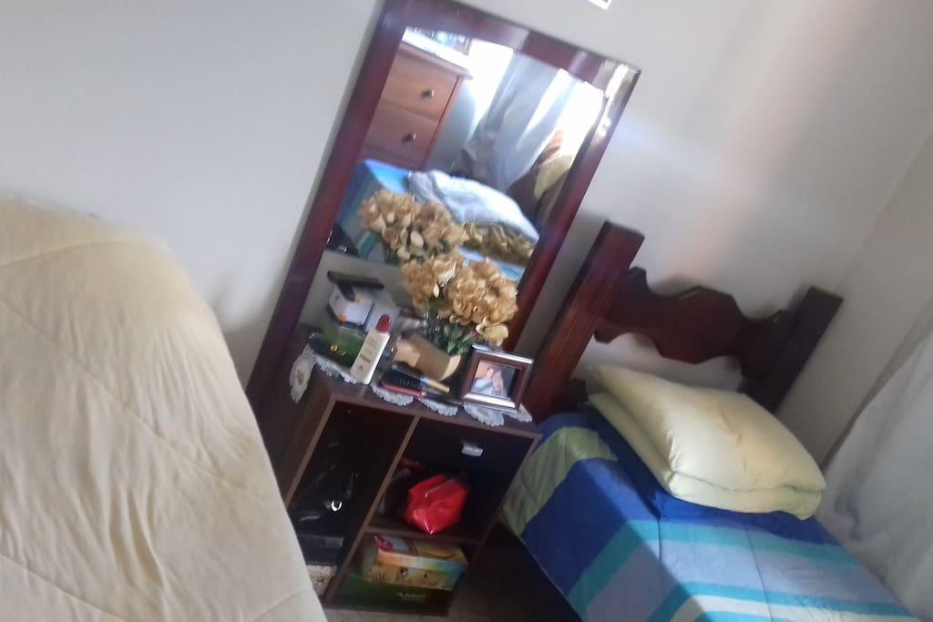 Outra foto do quarto com duas camas
