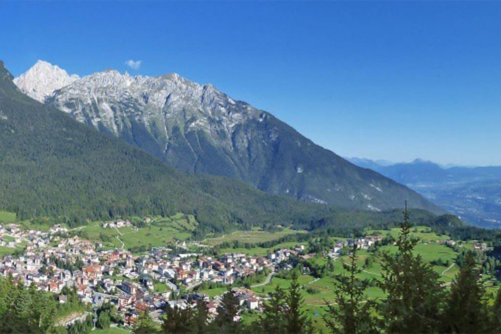 Andalo, paese turistico  a 20 km dall'autostrada del Brennero ideale per chi desidera trascorrere una vacanza tra le Dolomiti.