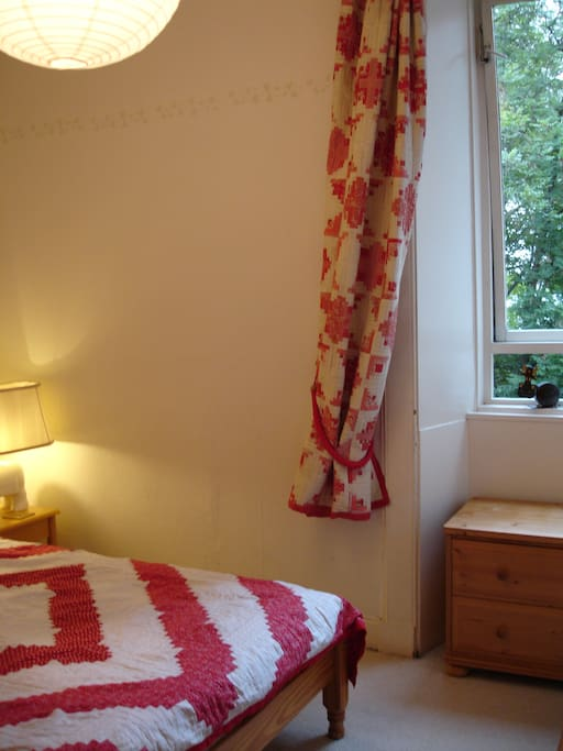 Quiet bedroom overlooking rear shared garden, with King-size bed