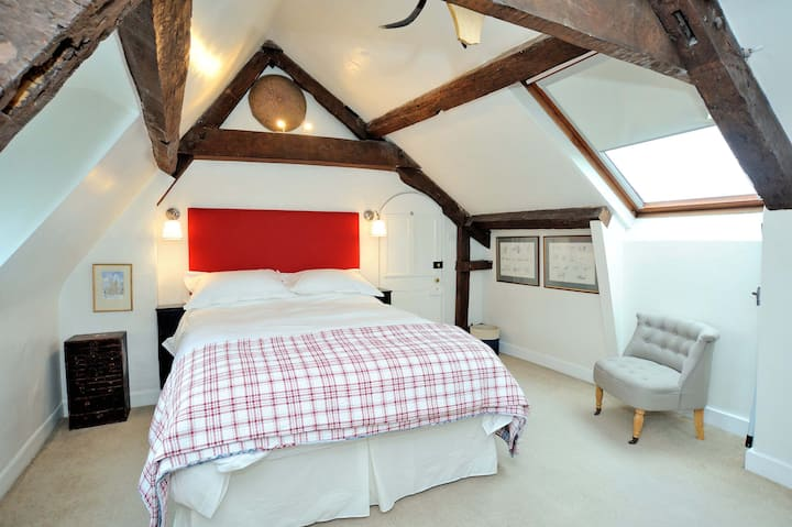 Light, airy double bedroom, fantastic breakfast
