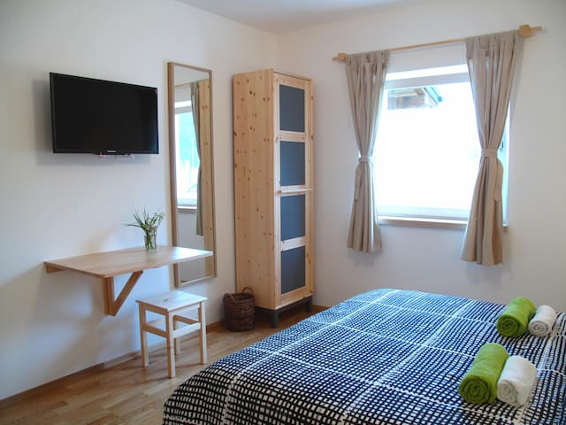2P room 15 min walk from the Lakes