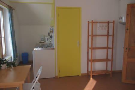 Belle chambre avec cuisine et  bain