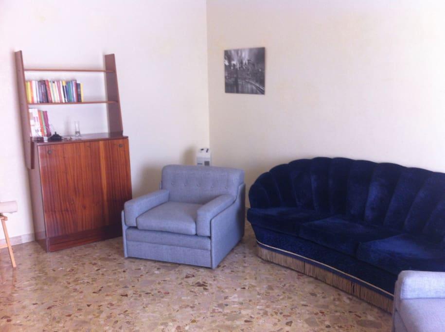 Il soggiorno luminoso e utilizzabile per ampliare i posti letto