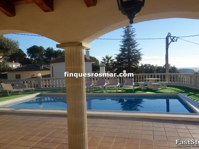 URB. ROCA GROSSA - TOWNHOUSE WITH POOL