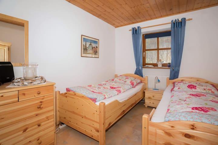 Getrenntes Schlafzimmer mit erhöhten 100 cm breiten Einzelbetten
