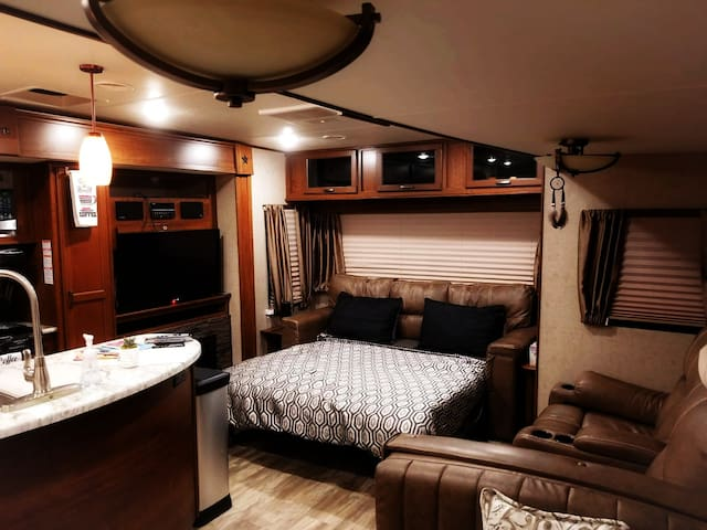 Beautiful and Cozy 35 FT RV! 10 min from Downtown.