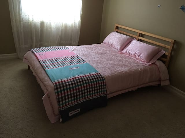 Cozy clean room in new house Close to Airport! - Edmonton - Huis