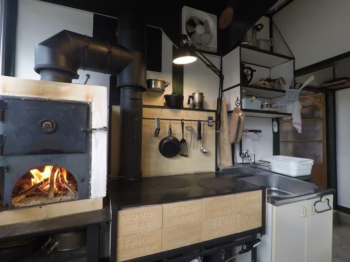 1日1組限定!薪で楽しむ自然の中の小さな宿 ストーブキッチン ゲストハウス