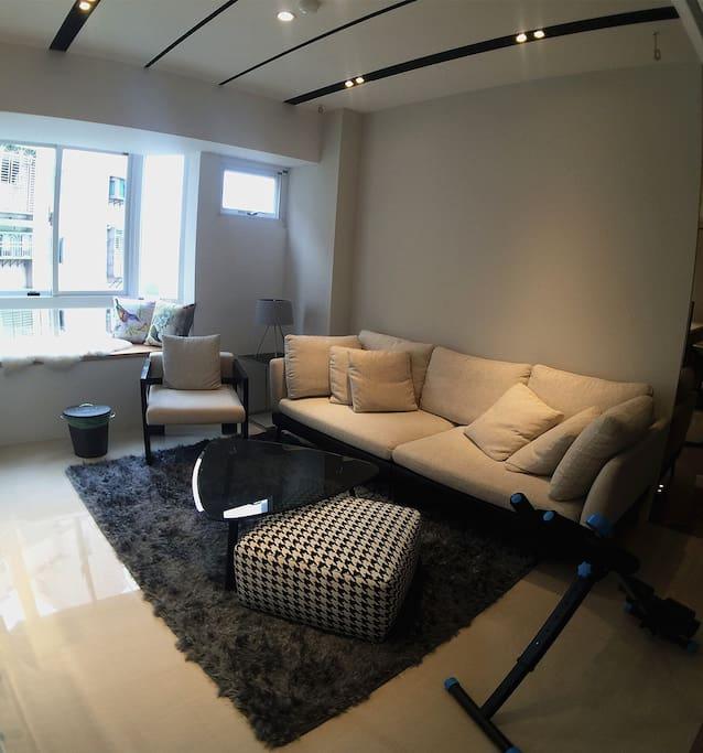 有什麼比一張舒服的沙發還重要!如果您想動一動,沙發旁的健腹器也可隨心使用。