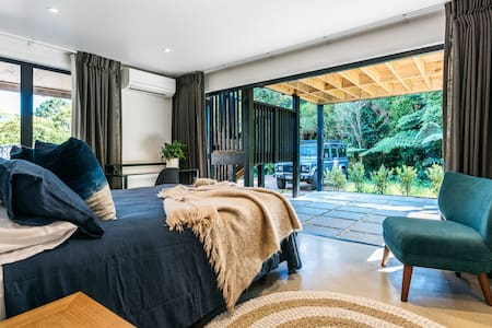 Beautifully appointed room - Onetangi Cottage