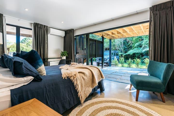 Beautifully appointed room - Onetangi Cottage