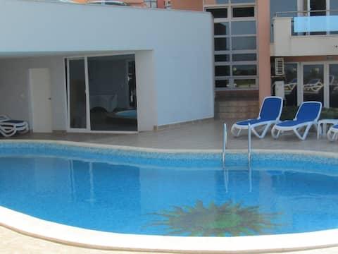 Просторный апартамент на берегу, с видом на море