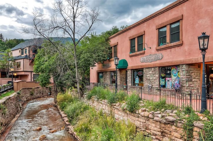 Unique 3BR Manitou Springs Condo w/ Creek Views! - Manitou Springs - Apto. en complejo residencial