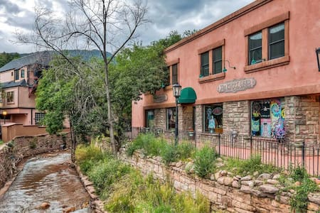 Unique 3BR Manitou Springs Condo w/ Creek Views! - Manitou Springs - Osakehuoneisto
