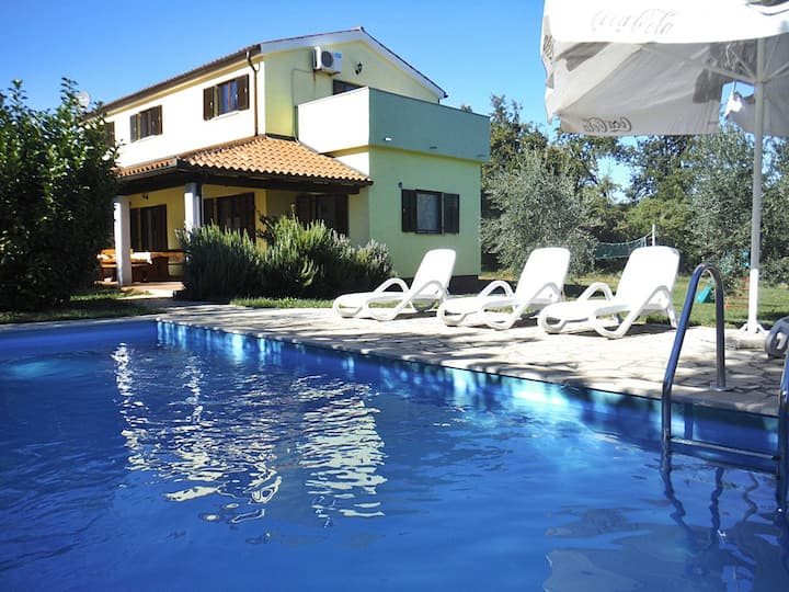 Villa Fuma with Swimming Pool