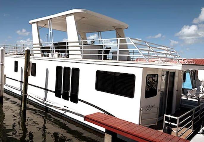 "Aqua Lodge Houseboat ""Calypso"""