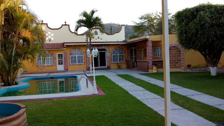Quinta Las Rosas, con alberca, jardin y hospedaje.