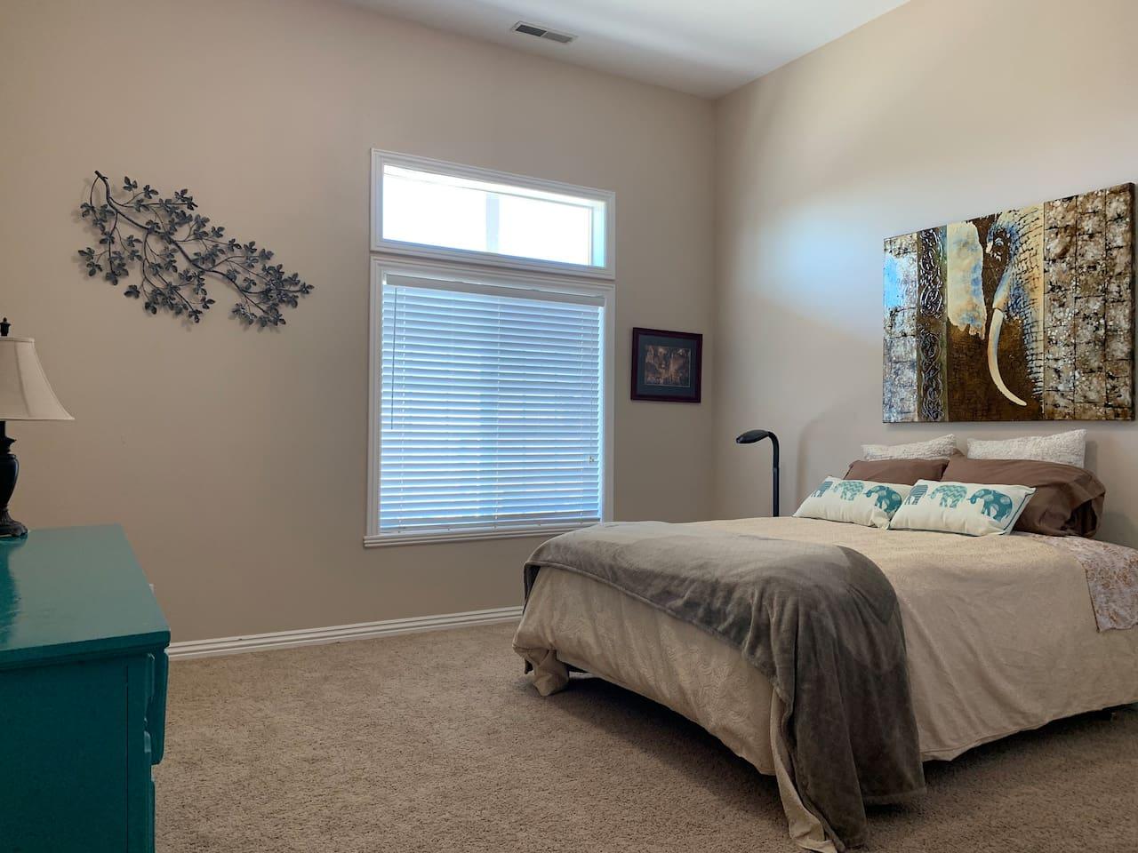 Bedroom  2:  1 queen bed