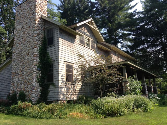 Arts & Crafts Farmhouse in the Catskills - Lake Huntington - Casa