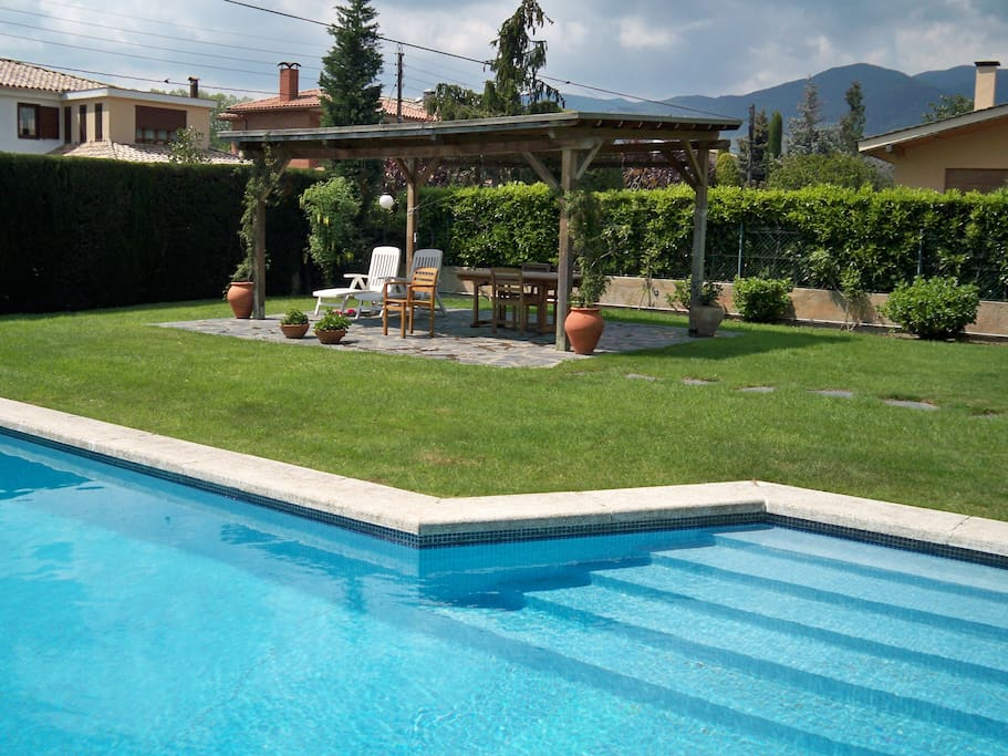 Bonita casa con jardin y piscina houses for rent in sant for Piscinas del montseny